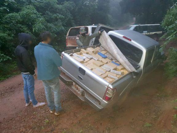 Narcos abandonan camioneta repleta de panes de marihuana