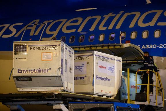 Llegó vuelo de Aerolíneas con vacunas chinas y Argentina supera los 23 millones de dosis recibidas