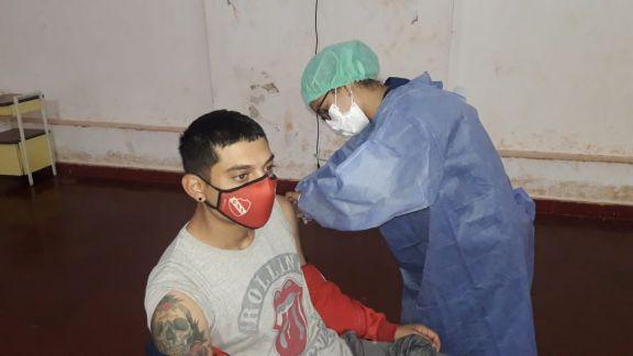 Puerto Libertad: vacunan a mayores de 30 años en el salón de Cultura Municipal