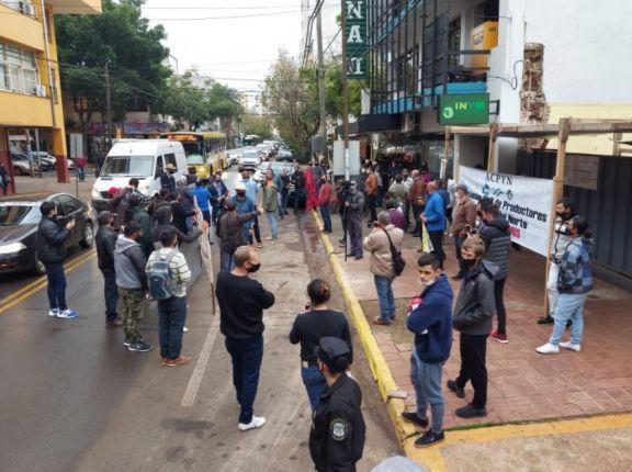 Tránsito reducido por manifestación de productores yerbateros frente al Inym en Posadas