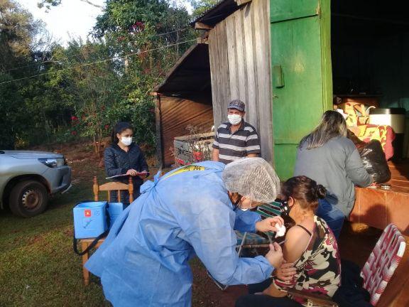 En Pozo Azul, concientizan y vacunan casa por casa