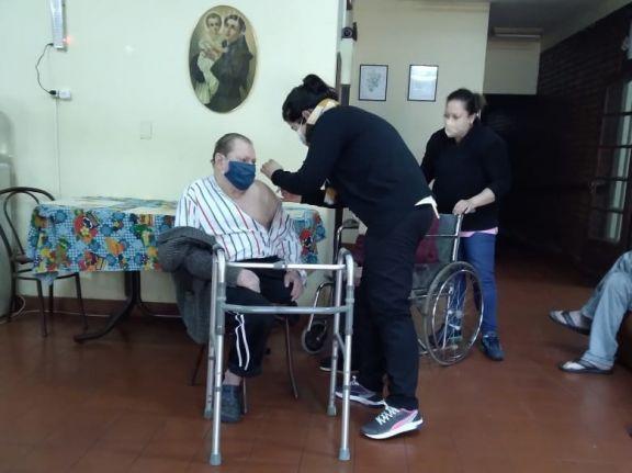 Vacunaron contra la gripe a los abuelos del hogar de ancianos de Puerto Rico