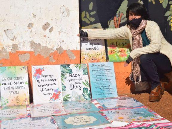 """La vida de Laura después del ACV: vende cuadros con textos bíblicos porque """"Él es mi motor"""""""
