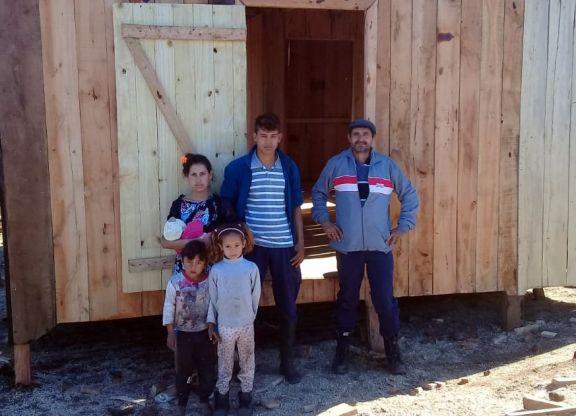Solidaridad plena en Pozo Azul: construyen viviendas para dos familias que perdieron todo en un incendio