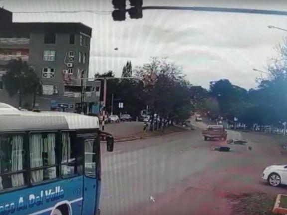 Infracción y vulnerabilidad: pasó en rojo, chocó a un motociclista y se fugó, pero quedó filmado