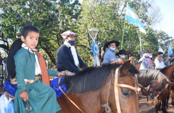 Con el grito de Viva la Patria, emotiva recorrida a caballo en Jardín América