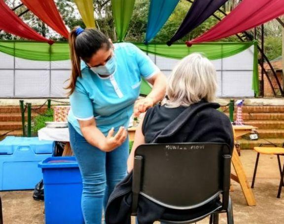 Jardín América: vacunación exitosa en pleno centro de la localidad