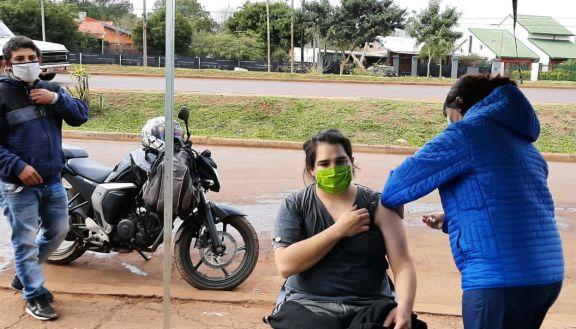 Siguen los operativos en la vía pública: más de 800 personas se inmunizaron hoy en Posadas