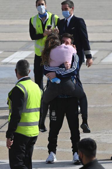 Messi llega en su avión a Rosario junto con Di María y Lo Celso