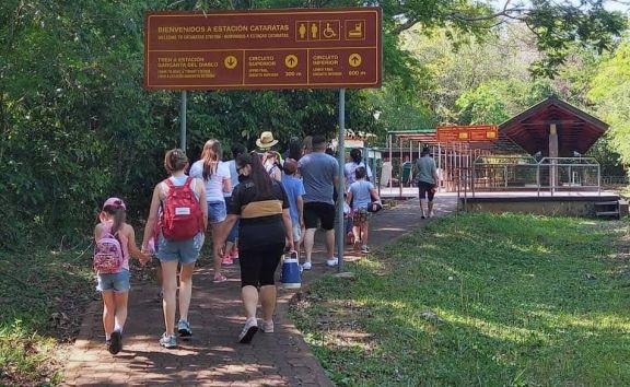 Con un comienzo auspicioso, en Puerto Iguazú esperan el pico de visitantes el próximo fin de semana