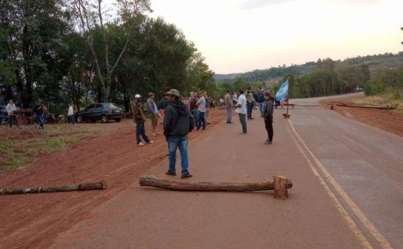 Por temor a desalojo, cortan la ruta en Pozo Azul
