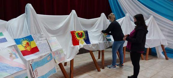 Puesta al público de los bocetos de de la bandera en Santo Pipó