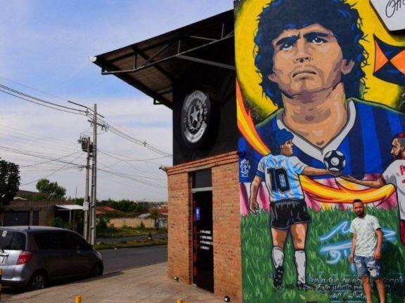 """Autor del mural de Maradona en Paraguay: """"Lo conocí y le regalé un termo de Tereré"""""""