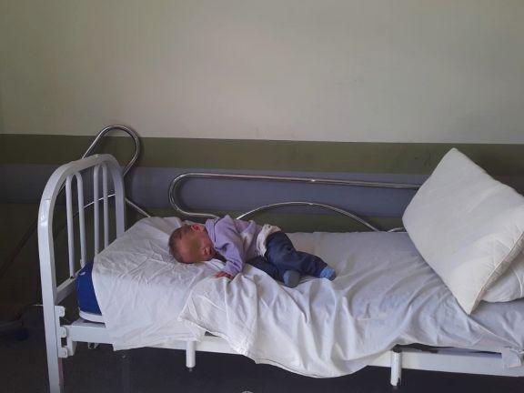 El bebé golpeado por su padrastro sigue internado y será trasladado a Posadas