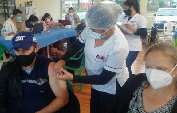 Paraguay empieza a vacunar a adolescentes con comorbilidad mientras tratan de convencer a más adultos
